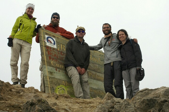 Maike, Brian, Xabier, Angel eta Yolanda, Rucu Pichincharen gailurrean (4.696 m). Quito.
