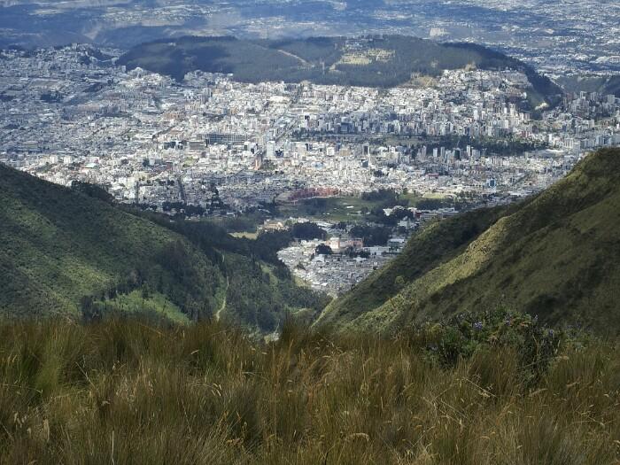 Quitoko hiria, Rucu Pichincharen magaletik.