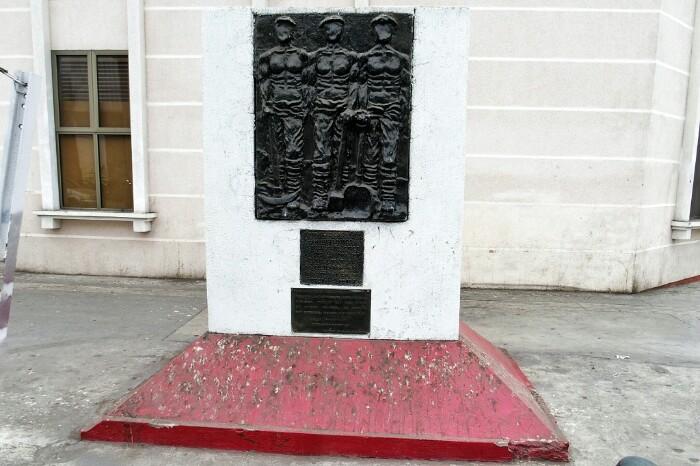 1907ko sarraskiaren monolitoa, ikastetxe berriaren ondoan. Iquique, Txile.