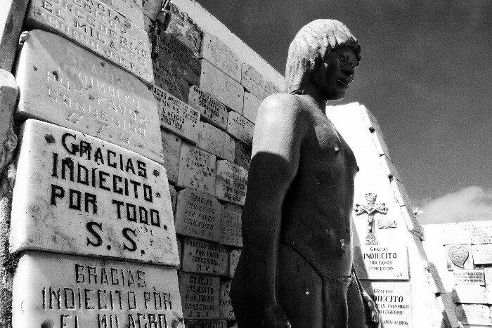 Monumentua <i>Indio ezezagunari</i>, Punta Arenaseko hilerrian. Txile.